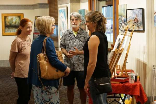 Dr. Bussing speaks with members of the AnArtist Community